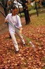 园林种植0125,园林种植,园林,清除 打扫 落叶归根 房子旁 草坪上