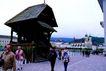 瑞士风情0011,瑞士风情,世界风光,木楼 广场 游客 结伴 背包