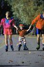 体育锻炼0121,体育锻炼,运动,小孩 一家三口 牵着 户外运动 锻炼