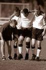 足球0166,足球,运动,队友  受伤  团结