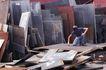 工业生产0174,工业生产,工业,不规则钢板 遍布满地 工人操作