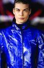 伦敦2004女装秋冬新品发布会0250,伦敦2004女装秋冬新品发布会,服装设计,蓝色 雨衣 光亮