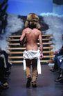 米兰2004秋冬新品发布会0242,米兰2004秋冬新品发布会,服装设计,背影 光着上身 台阶
