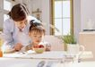 快乐家庭0180,快乐家庭,家庭情侣,一碗草莓 刀叉 白餐巾