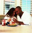 家庭和睦0101,家庭和睦,家庭情侣,一对情侣 坐桌前 拿杯依畏