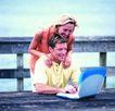 家庭和睦0104,家庭和睦,家庭情侣,一位男士 玩手提电脑 女士搭肩