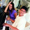 家庭和睦0105,家庭和睦,家庭情侣,穿短袖 坐钢琴前 男士弹钢琴