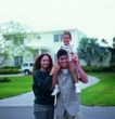 家庭和睦0108,家庭和睦,家庭情侣,三口之家 站走道上 肩着小孩