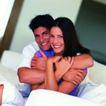 家庭和睦0110,家庭和睦,家庭情侣,穿短袖 相互拥着 坐沙发上