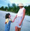 家庭和睦0112,家庭和睦,家庭情侣,游玩 草帽 路上