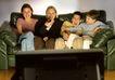 家庭和睦0125,家庭和睦,家庭情侣,拥挤 看电视 客厅 沙发 欢笑