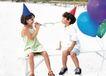 家庭和睦0133,家庭和睦,家庭情侣,游戏 小孩 汽球 尖帽 氢气球