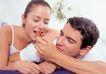 夫妻闺房0102,夫妻闺房,家庭情侣,女士搭男士肩 喂女士吃东西 男士微笑