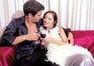 夫妻闺房0109,夫妻闺房,家庭情侣,女士躺男士怀里 男士抱着 碰杯