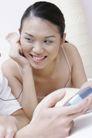 温馨休闲0035,温馨休闲,家庭情侣,恋爱中的女人 拿着手机 戴耳机