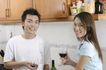 温馨休闲0053,温馨休闲,家庭情侣,厨房里 端酒杯 喝酒