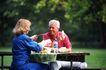 两人世界0132,两人世界,家庭情侣,老年 父女 白发老头 水果 香蕉