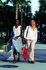 情侣生活0102,情侣生活,家庭情侣,两女士 走在大路上 拿着手袋笑