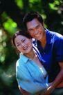 情侣生活0110,情侣生活,家庭情侣,树木背景 相互拥抱 露齿笑