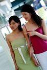 女性购物0035,女性购物,生活方式,手挽手 看商品 论价格