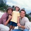 今日儿童0055,今日儿童,儿童教育,一起度假 甜蜜合影 休闲帽