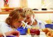 今日儿童0057,今日儿童,儿童教育,餐桌旁 孩子们 窃窃私语