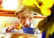 今日儿童0060,今日儿童,儿童教育,金发男孩 早餐时间 喝果汁