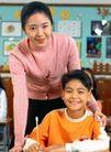 小学教育0052,小学教育,儿童教育,教室里 老师 指导学习