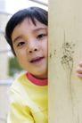 儿童玩耍0018,儿童玩耍,儿童教育,柱子 倚靠 黄衣服 张望 迷藏