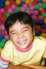 儿童玩耍0019,儿童玩耍,儿童教育,眯眼 嬉笑 欢乐 游戏 彩色球