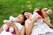 儿童玩耍0056,儿童玩耍,儿童教育,躺在草地上 玩具熊 泡泡