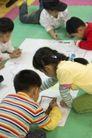学前教育0035,学前教育,儿童教育,同学 趴地上 画画