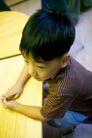 儿童启蒙0018,儿童启蒙,儿童教育,听课 仔细 黑发 灰衣 把玩
