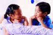 儿童游戏0020,儿童游戏,儿童教育,趴床 相互 对视