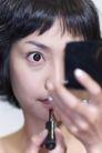 美容彩妆0027,美容彩妆,休闲保健,小镜子 涂口红 睁大眼