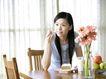 女性居家休闲0031,女性居家休闲,休闲保健,在家里 花朵 苹果
