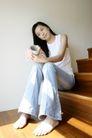 女性居家休闲0058,女性居家休闲,休闲保健,楼道 坐在楼梯上 拿杯子
