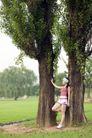 休闲时光0020,休闲时光,休闲保健,背靠 老树 树干