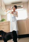 女性宠物0092,女性宠物,休闲生活,厨房 牛奶 黑狗