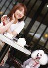 家庭宠物0052,家庭宠物,休闲生活,圆桌旁 丽人 白色小狗
