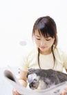 家庭宠物0076,家庭宠物,休闲生活,看报 怀抱 黑狗