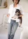 家庭宠物0097,家庭宠物,休闲生活,女子 喂食 抱狗