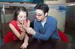 咖啡恋人0029,咖啡恋人,家庭情侣,看手相 手指 坐桌旁