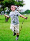 儿童表情0070,儿童表情,亲子教育,男孩 跳神 草地