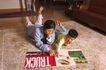 学前教育0057,学前教育,亲子教育,悠闲母子 趴在地上 手指着书