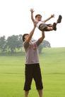 亲子关系0025,亲子关系,亲子教育,草地 天空 树木