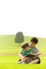 亲子关系0030,亲子关系,亲子教育,坐草地上 树木 看书