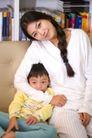 亲子关系0035,亲子关系,亲子教育,母亲 书本 书架