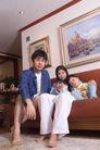 亲子关系0039,亲子关系,亲子教育,皮沙发 三口之家 赤脚