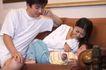 亲子关系0041,亲子关系,亲子教育,沙发逗笑 白T恤